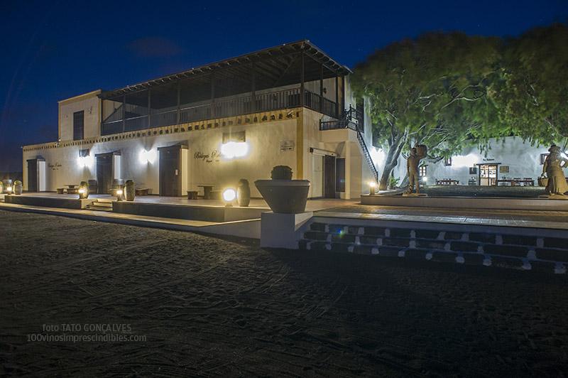 Vista nocturna del histórico edificio que alberga a Bodegas Rubicón./ Foto T. GONÇALVES
